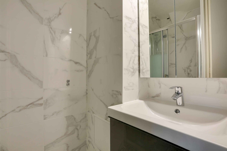 r novation de salle de bain am nagement et tarif avec hellocasa. Black Bedroom Furniture Sets. Home Design Ideas